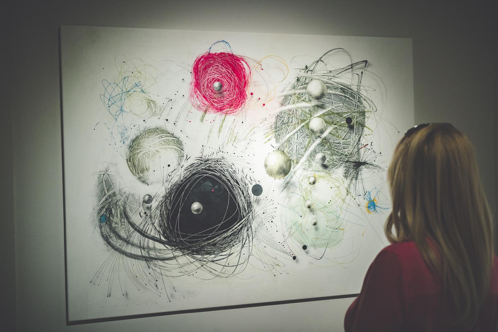 Slow Art: Krüzsely Gábor kiállítása a szinguláris világunk szellemi védőbástyája