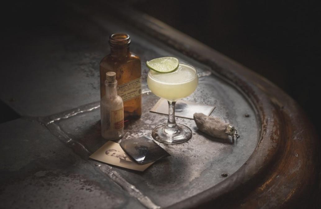 Slow Art Kultúrfalat Rovat: a Gin ellentmondásos története a művészet és a társadalom szemszögéből